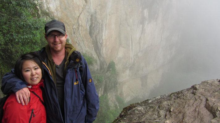 Wir und im Hintergrund die Inka-Brücke.
