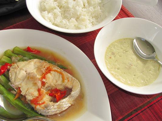 Gedünsteter Fisch mit Okura und Chilli, Eierpudding mit Hackfleisch und Reis. (zuhause)