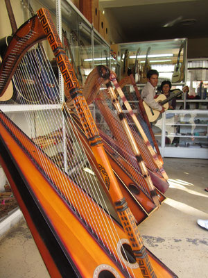 Traditionelle peruanische Instrumente.
