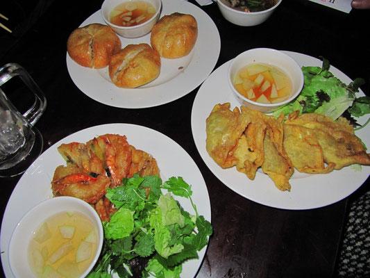 Frittierte Hanoier Spezialitäten zur Vorspeise.