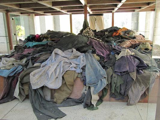 Kleidungsstücke der Opfer.