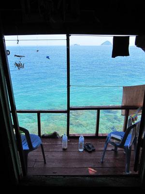 Blick aus unserem Zimmer auf Terrasse und dahinter.