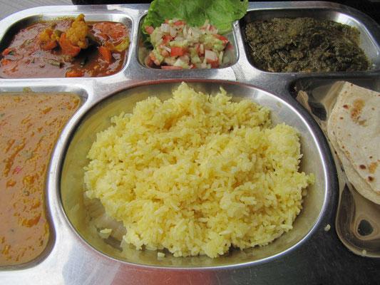 Indisches Gemüse Thali (Verschiedene vegetarische Gerichte; serviert mit Chapati & Reis).