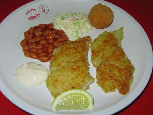 Gebackenes Fischfilet mit Mayonnaise, Krautsalat, gebackenen Bohnen in Tomatensoße und einem Kartoffelball.