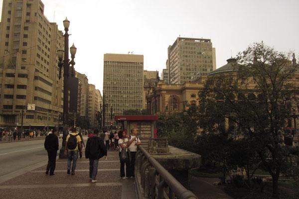 """Die Teebrücke (Viaduto do Chá) im Zentrum von São Paulo. Hier versuchte man uns mit dem """"Erst-bespritz-ich-dich-und-später-helf-ich-dir-Trick"""" zu bestehlen. Aber """"not in our house""""!"""