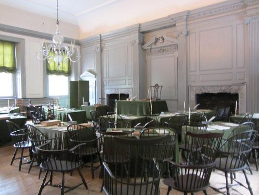 """Im sog. """"Assembly Room""""  wird 1775 George Washington zum Oberbefehlshaber der Kontinentalarmee ernannt, am 4. Juli 1776 die Unabhängigkeitserklärung und 1787 die Verfassung der USA verabschiedet."""
