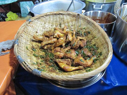 Gebratenes Ayam (Hühnchen) mit Curryblättern.
