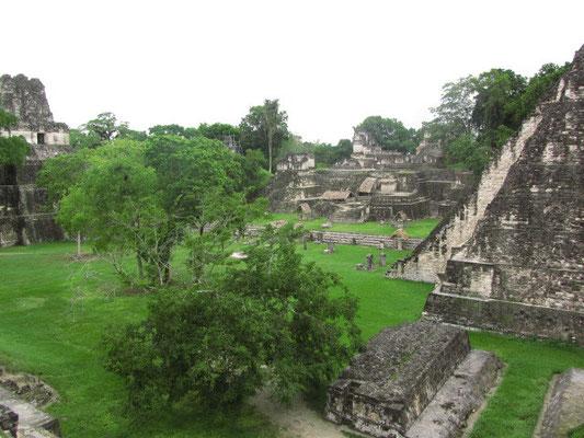 Gran Plaza mit Templo II (links) und Templo I (rechts).