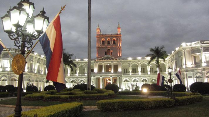 Der heutige Regierungspalast wurde von Francisco Solano López als Wohnsitz errichtet, daher auch sein anderer Name Palacio de los López.