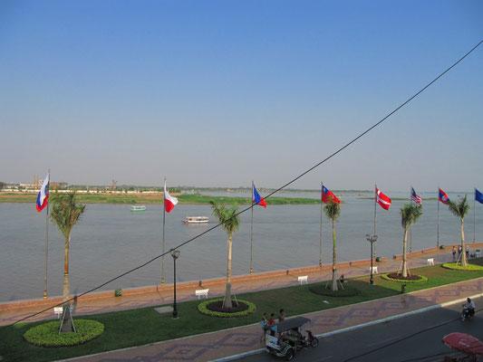 Blick vom FCC (Foreign Correspondent Club) auf den Tonle Sap und den Mekong dahinter.
