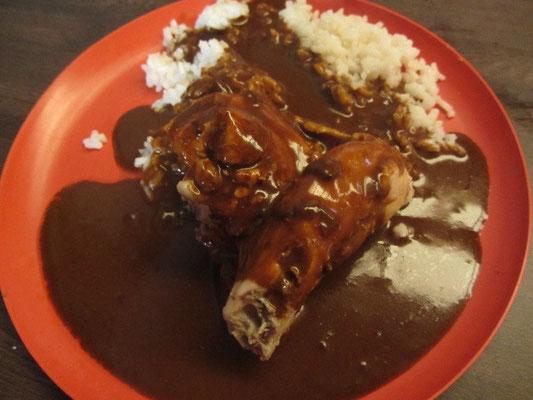 Ein bekanntes Gericht ist Mole Poblano, für das die Sauce mit ungesüßter Schokolade zubereitet und serviert wird.