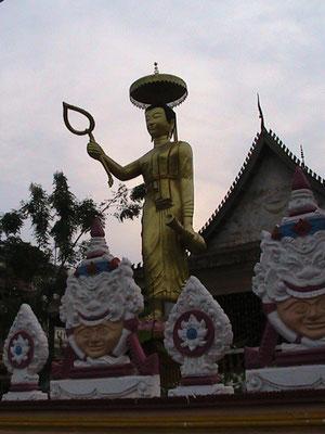 Am Wegesrand. Laos ist voll von Tempeln und Buddhafiguren. So auch Vientiane.