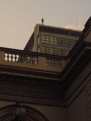 """Gormley hatte sein """"Event Horizon"""" Projekt zuvor in London und New York ausgestellt, was zu ähnlichen Verstörungen einiger Zivilisten führte."""