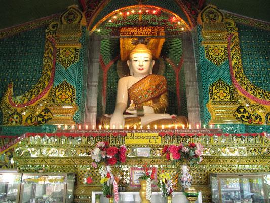 Buddhastatue in einem der vielen Tempel auf dem Weg zum Gipfel des Mandalay Hills.