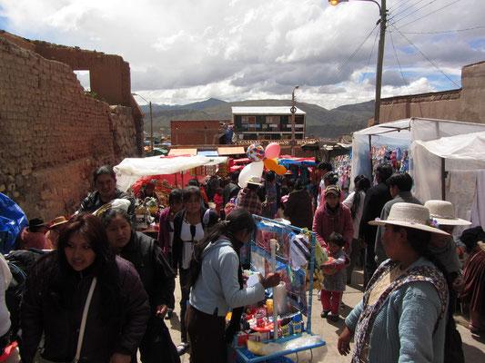 """Einen Supermarkt gibt es nicht in Potosí. Einheimische kaufen alles (Nahrung, Gebrauchsgegenstände) auf der """"feria""""- dem Wochenendsmarkt. Auch fertige (typisch einheimische) Gerichte kann man dort für einen geringen Preis kaufen."""