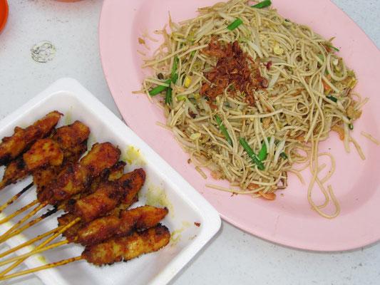 Gebratene Teow Chew Nudeln & chinesisches Satay.