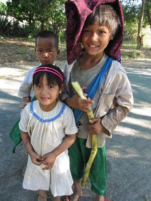 Schulkinder auf dem Heimweg von der Dorfschule.