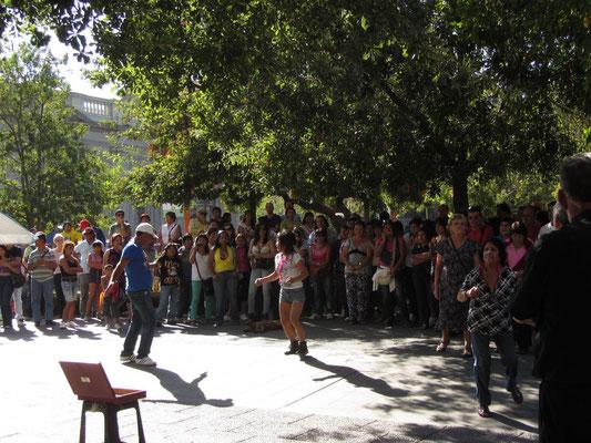 Straßenmusiker laden zum sonntäglichen Tanz ein.