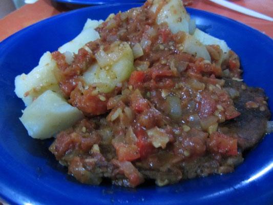 In der Pfanne gebratenes Steak mit Kartoffeln und fruchtiger Tomatensalsa.