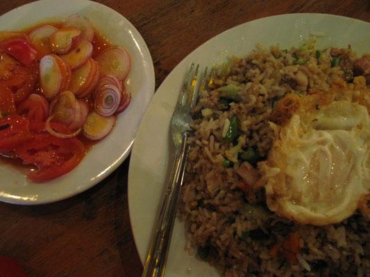 Gebratener Reis mit Hühnchen und Gemüse, dazu Tomaten-Zwiebel-Salat. Der Salat ist auch ein echter Bestseller in Burma und überall erhältlich. Für die Soße muß der Genießer jedoch eine gewisse, kulinarische Flexibilität aufbringen.