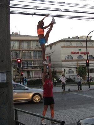 Straßenartisten nutzen die Rotphase der Ampeln um Shows zu veranstalten und die Autofahrer um Geld zu bitten