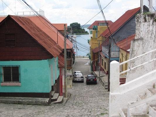 In Flores ist man nie mehr als ein paar Meter vom Wasser entfernt. Kein Wunder bei der Zwergengröße.