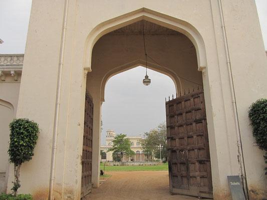Blick durch das Tor in die Innenanlage des Chowmahalla Palastes.