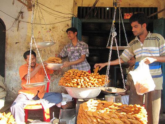 Verkäufer von Frittiertem vor dem Jagannath Mandir.