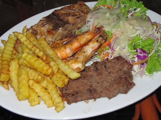 Grillpaltte (Rindersteak, Garnelen & Fischfilet) mit Pommes Frites & Salat. [Preis: 3$]