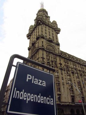 Der Palacio Salvo ist heute ein Wahrzeichen Montevideos. Der 12. Oktober 1928 war der offizielle Tag der Einweihung. Mit einer Höhe von 105 m war das markante Gebäude im Stil des Art déco bis 1935 das höchste Bauwerk in Südamerika.