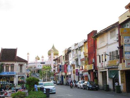 Blick durch die Straße auf die Masjid Negara.