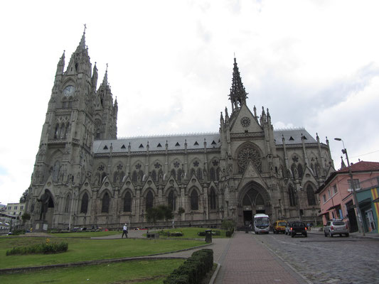 Die größte neogothische Kirche der Americas - die Basilica del Voto Nacional.