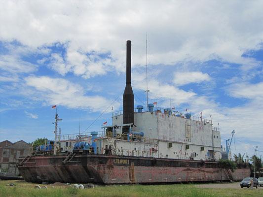 Die PLTD Apung 1 ist ein Elektrogeneratorschiff in Banda Aceh, Sumatra, Indonesien, das zu einer Touristenattraktion geworden ist.