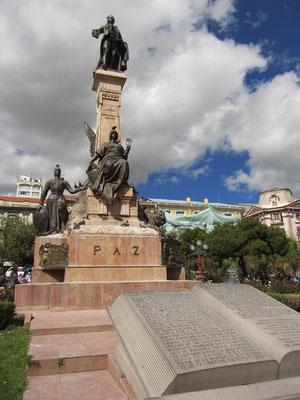 Das Denkmal auf dem Plaza Murillo.