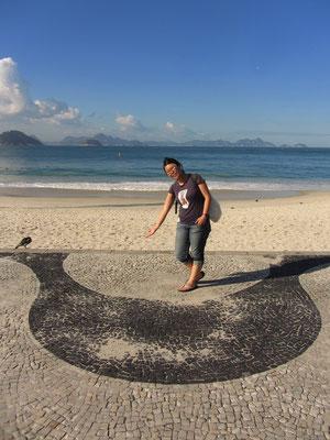 Hinweis auf das unverkennbare Copacabana-Trottoir-Muster.