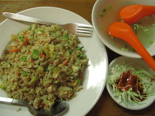 Gebratener Reis mit Salatbeilage und Suppe.