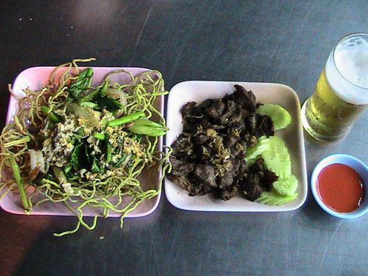 Frittierte Nudeln mit Garnelen und Gemüse, dazu gebratenes Rindfleisch mit Knoblauch.