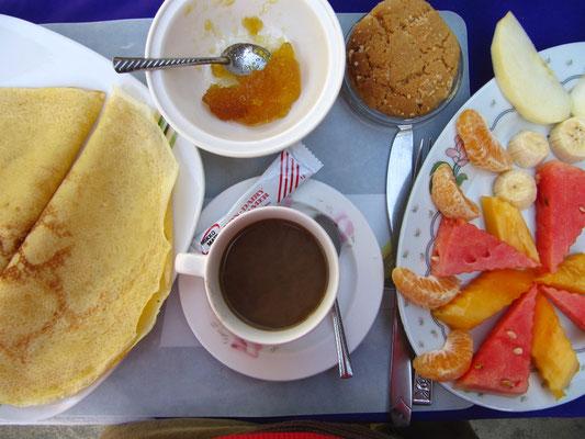 Frühstück mit Pancakes und Früchten.