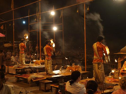 Der Mutter (Fluß Ganges) wird mit Feuer und Tanz gehuldigt.