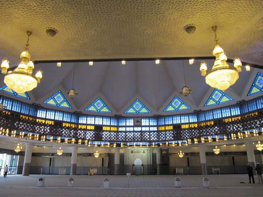 Der Gebetssaal der Masjid Negara (Staats-/Nationalmoschee).