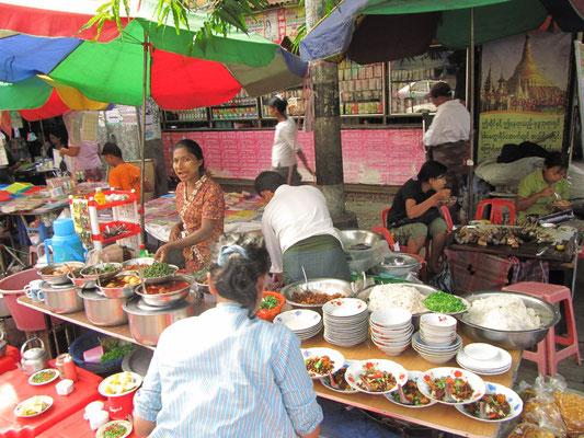 Straßenrestaurant. Yangon hat die besten Myanmars. Keine Frage.