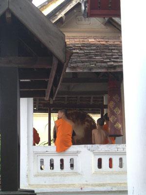 Mönche beim Schlagen der Tempeltrommel.