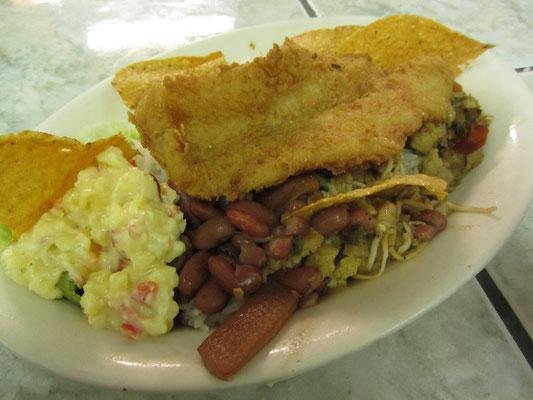 """Zum Mittagessen wird das traditionelle Essen als Casado bezeichnet. Casado bedeutet im Spanischen wörtlich """"verheirateter Mann"""". Einfach ein Mix aus Reis, Bohnen, Fleisch oder Fisch, Kochbanane, Maistortilla,...ortilla"""