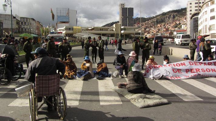 Demonstration auf der Straße vor dem Plaza San Francisco.