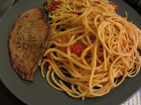 Selbstgekocht: Steak mit Spaghettis.