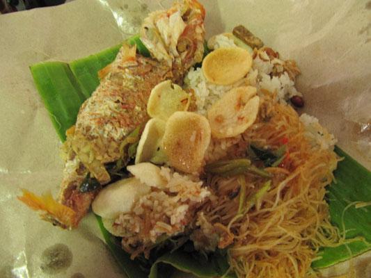 Nasi Ikan. Reis mit Nudeln, Fisch und Sambal.