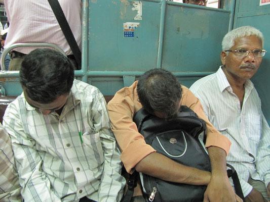 Bahnfahren in Mumbai ist eine ermüdende Angelegenheit.
