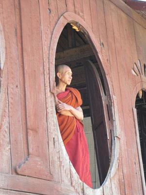 Ein Mönch in einem Teakholzkloster vor den Toren Nyaung Shwes.