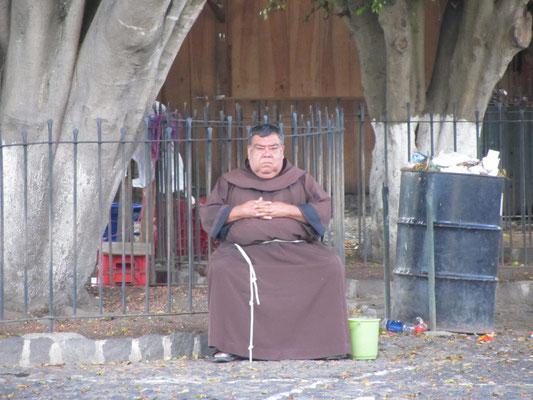 Ein Mönch? Ein Wachmann? Ein Fotomodell?