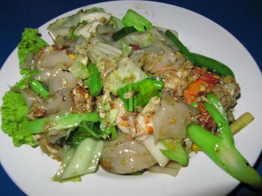 Phad Thai (Nationalgericht; gebratene Reisnudeln mit Gemüse & wahlweise Ei, Fleisch & Meeresfrüchten).